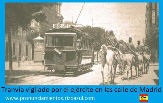 Tranvía vigilado por el ejército en las calle de Madrid